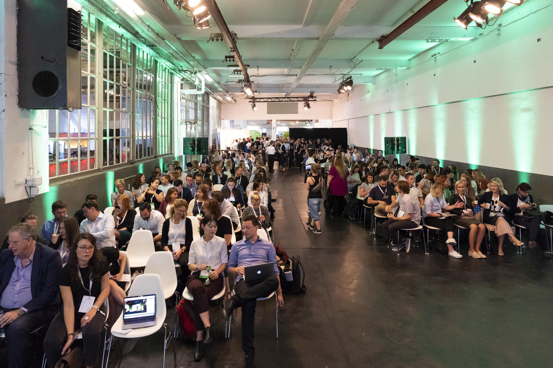 Publikumsbereich mit Glasfensterwand bei SmartRecruiters Hiring Success Event - Holoplot liefert Beschallungsanlage