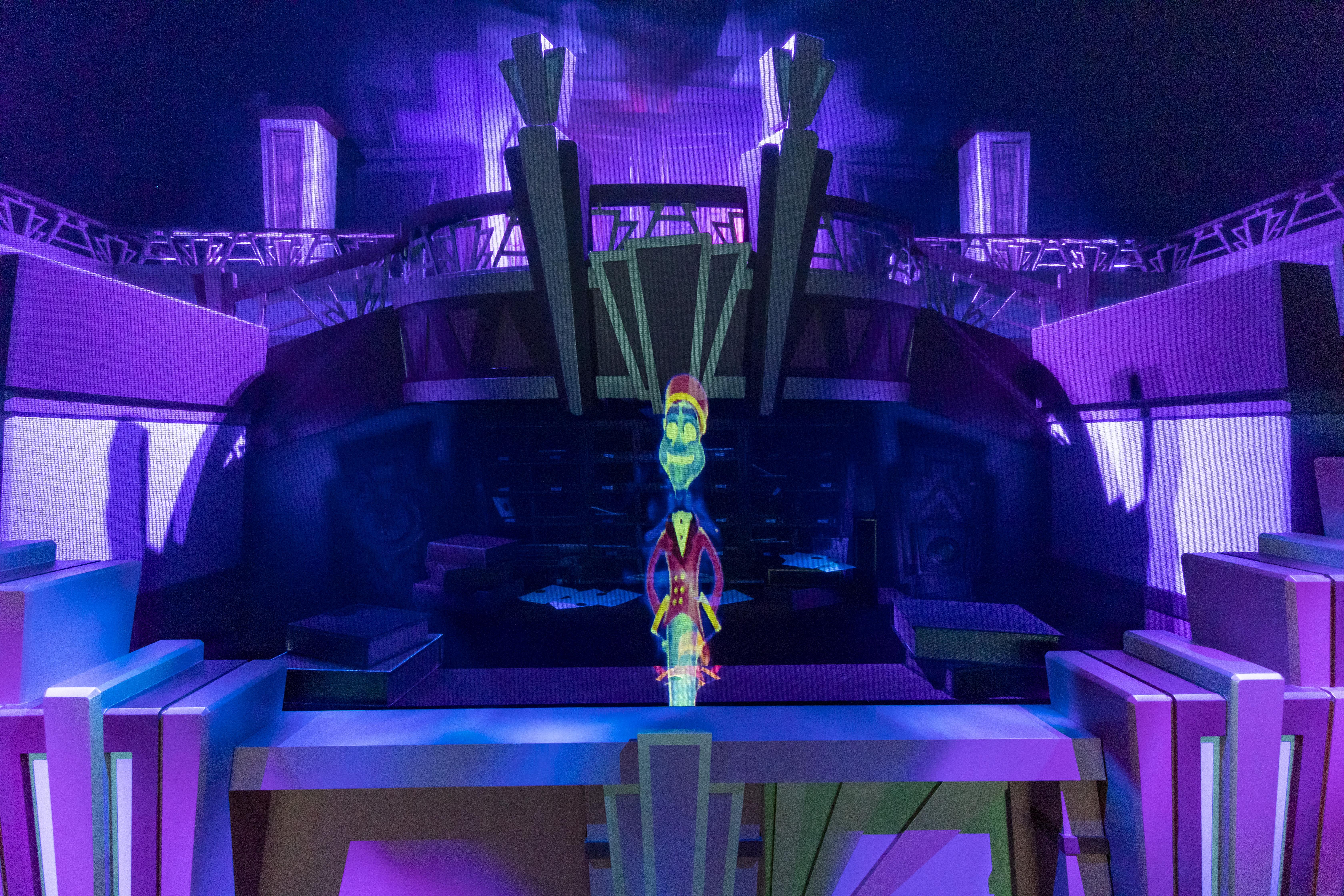 Holografischer Empfangsmitarbeiter. Holoplot ORION-System versteckt hinter akustisch durchlässigen Materialien.