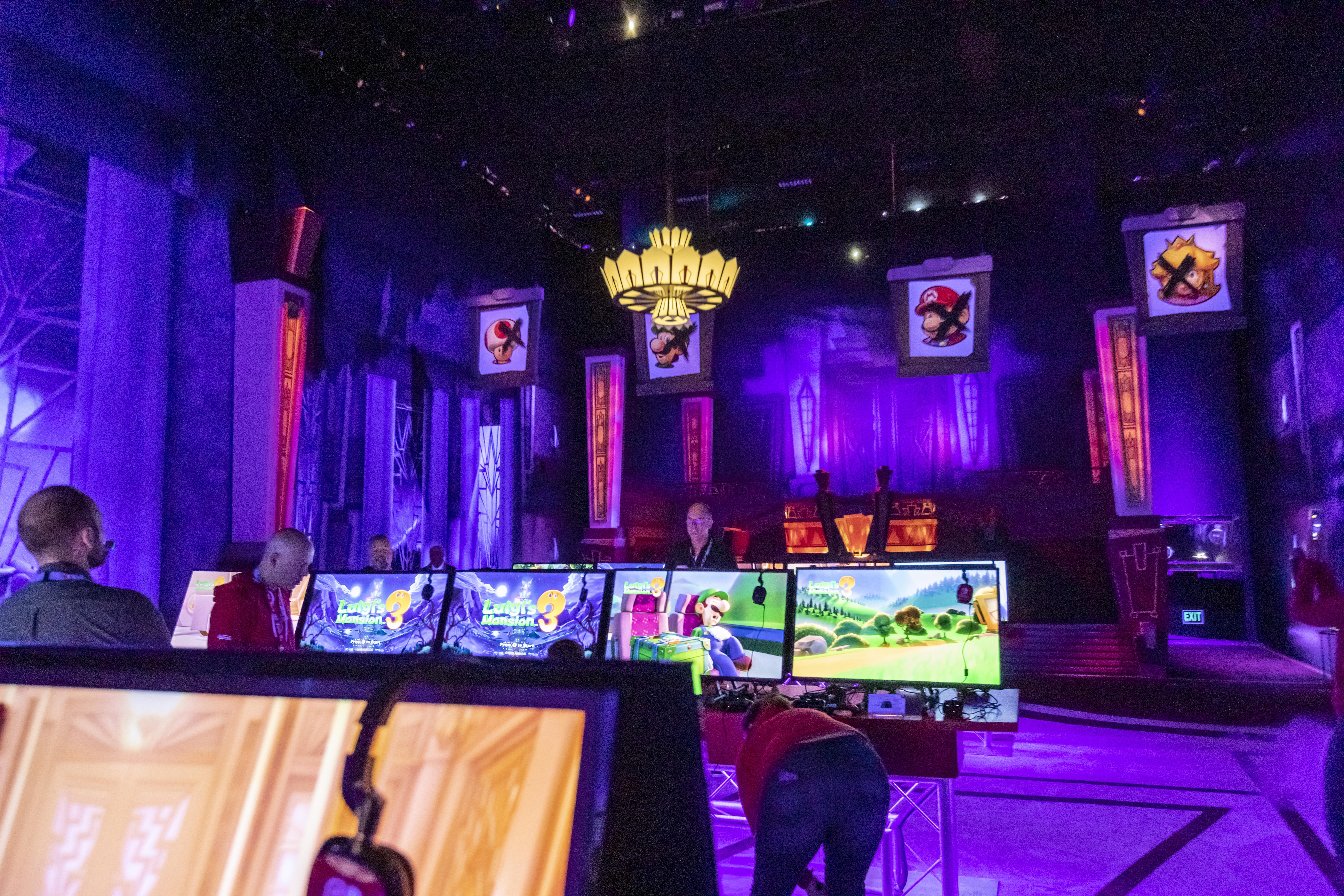 Innenansicht des Nintendo-Standes auf der E3 einschließlich des Kronleuchters, der mit Soundeffekten und Fokuspunkten des des ORION-System aufgewertet wurde